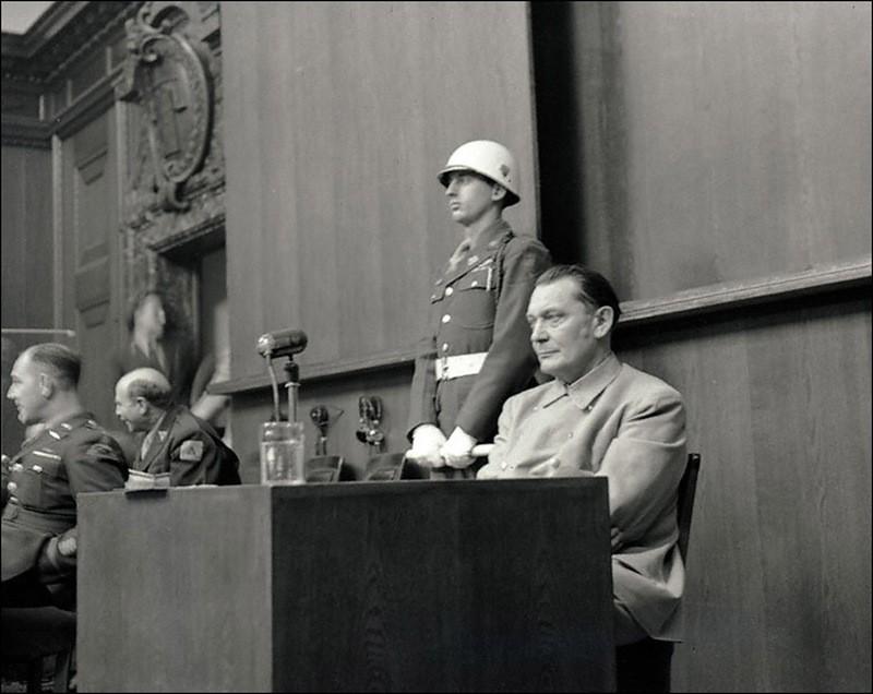 Подсудимый Г.Геринг отвечает на вопросы обвинителя Р.Джексона во время Нюрнбергского процесса..