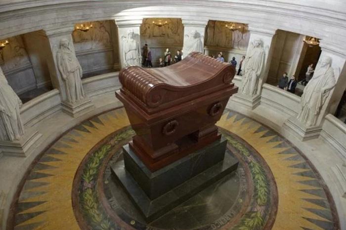 Саркофаг, в котором хранится тело Наполеона Бонапарта.