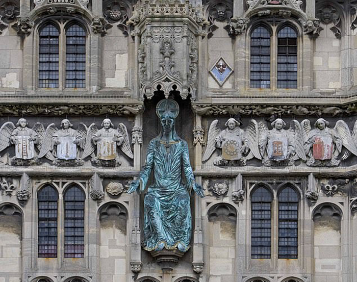 Статуя Христа на троне в окружении ангелов над дверным проемом Кентерберийского собора.